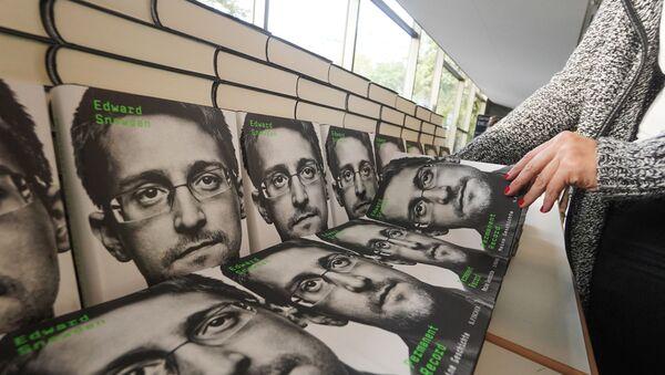 Prodej knihy Permanent Record Edwarda Snowdena v Německu - Sputnik Česká republika