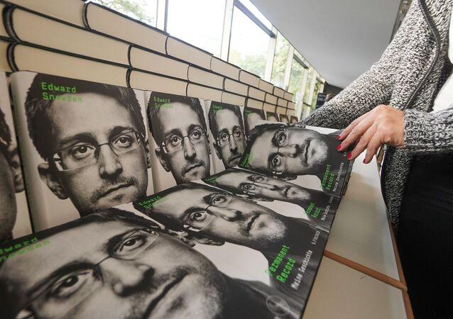 Prodej knihy Permanent Record Edwarda Snowdena v Německu
