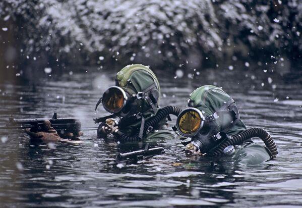 Příslušníci diverzní skupiny ruských speciálních jednotek plní úkol v Barentsově moři. - Sputnik Česká republika
