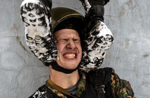 Zkoušky na právo nošení rudého baretu mezi příslušníky speciálních sil regionálního velení vnitřních vojsk Ministerstva vnitra RF. - Sputnik Česká republika