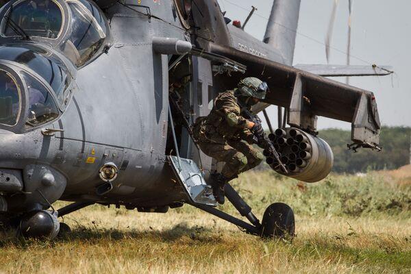 Výsadek z vrtulníku Mi-35M v Krasnodarském kraji. - Sputnik Česká republika