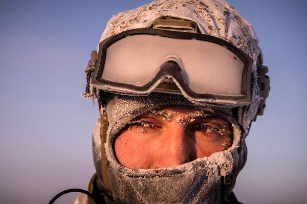 Příslušník jednotky speciálních sil Ministerstva vnitra Čečenské republiky během cvičení v oblasti Severního pólu. - Sputnik Česká republika