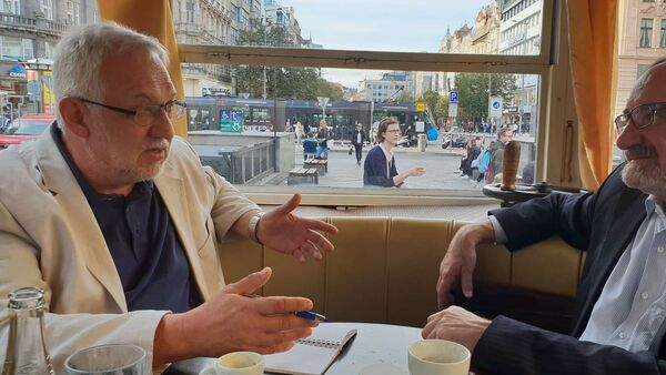 Zleva: Václav Dvořák (režisér), zprava Stanislav Novotný (předseda Asociace nezávislých médií) - Sputnik Česká republika