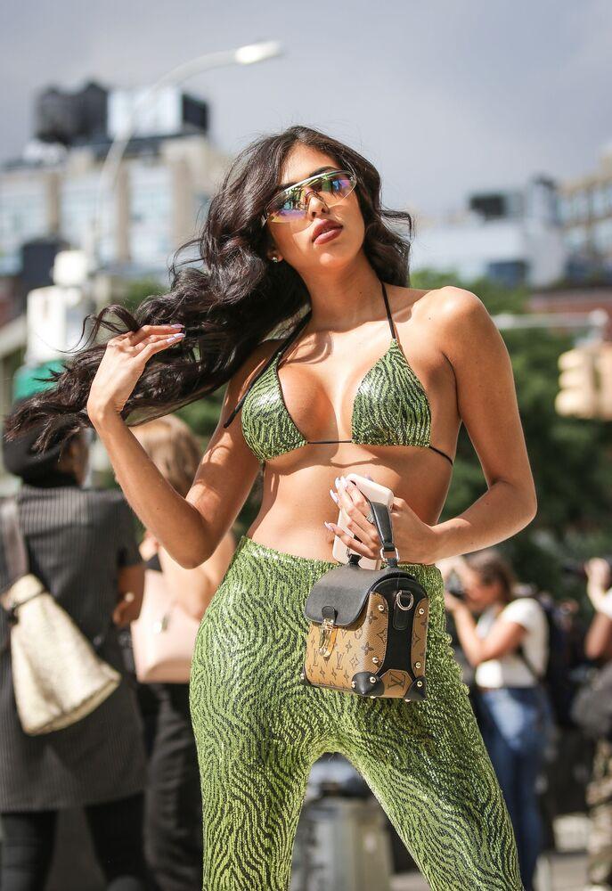 Návštěvnice Týdnu módy v New Yorku s kabelkou značky Louis Vuitton.