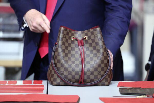 Americký prezident Donald Trump s taškou Louis Vuitton. - Sputnik Česká republika