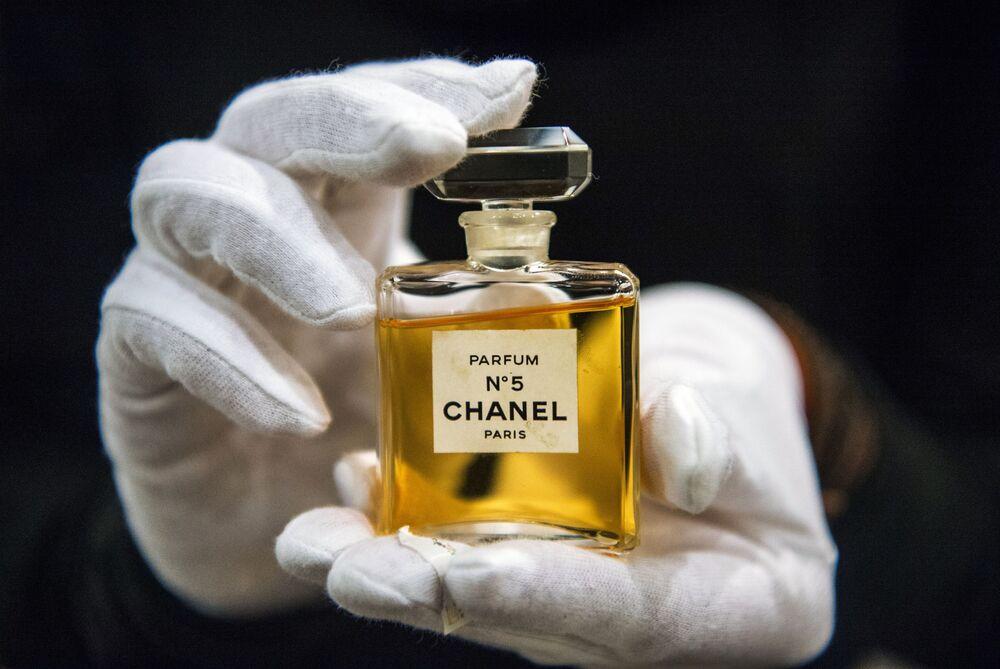 Parfém Chanel No. 5 na výstavě I love Chanel v Moskvě.