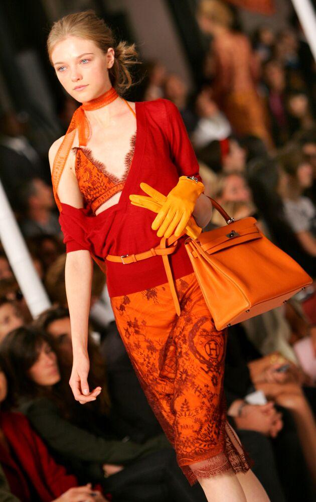 Modelka předvádí kolekci Hermès jaro-léto 2006 v Paříži.