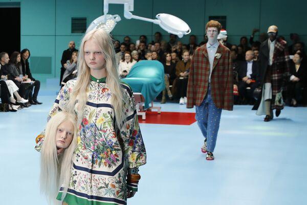 Modelka s falešnou hlavou v náručí předvádí kolekci Gucci podzim-zima 2018-2019 na týdnu módy v Miláně. - Sputnik Česká republika