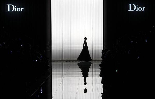 Modelka předvádí kolekci Dior podzim-zima 2013 v rámci Týdne módy v Paříži. - Sputnik Česká republika