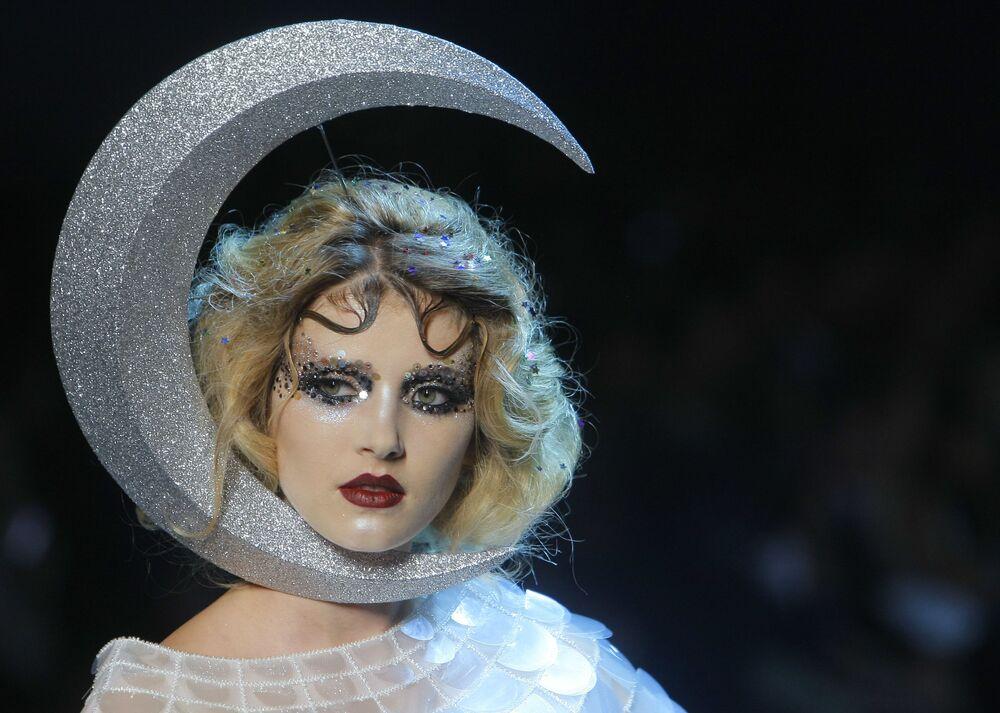 Modelka předvádí kolekci Dior podzim-zima 2011-2012 v Paříži.