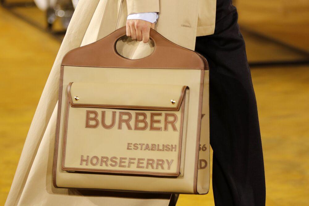 Modelka s taškou Burberry kolekce jaro-léto 2020 na týdnu módy v Londýně.