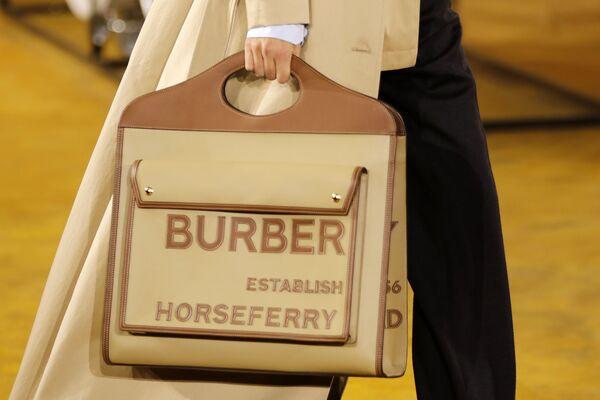 Modelka s taškou Burberry kolekce jaro-léto 2020 na týdnu módy v Londýně. - Sputnik Česká republika