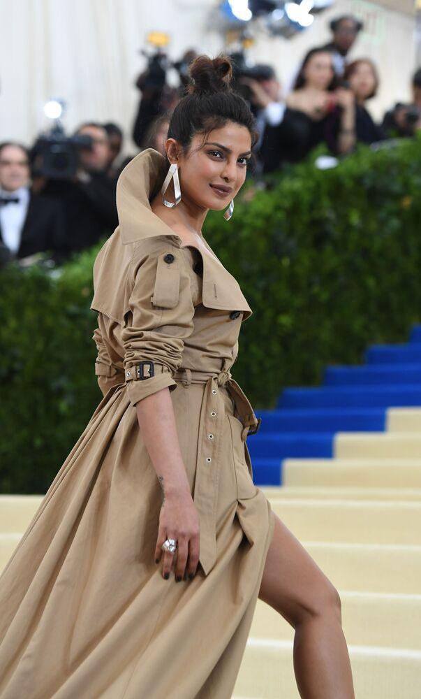 Indická herečka Priyanka Chopra v šatech od Burberry na plese v New Yorku v roce 2017.