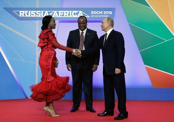 Ruský prezident Vladimir Putin a král Svazijska Mswati III. s jeho manželkou v rámci summitu Rusko-Afrika v Soči. - Sputnik Česká republika