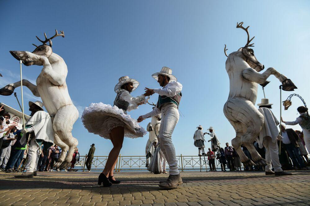 Účastnice mezinárodního festivalu moderní kultury a ekologie Alušta na Krymu.