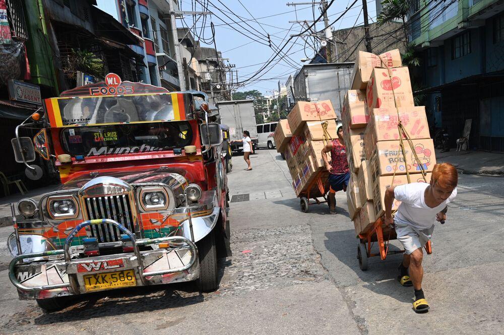 Dělníci v čínské čtvrti v Manile.