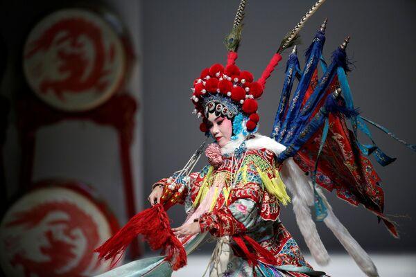 Módní přehlídka designéra Hao Weimina, zakladatele značky David Sylvia, v Pekingu během China Fashion Week. - Sputnik Česká republika