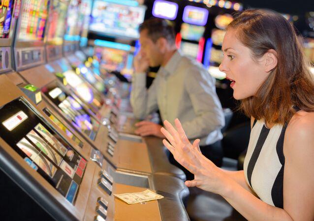 Slečna hraje v kasinu. Ilustrační foto