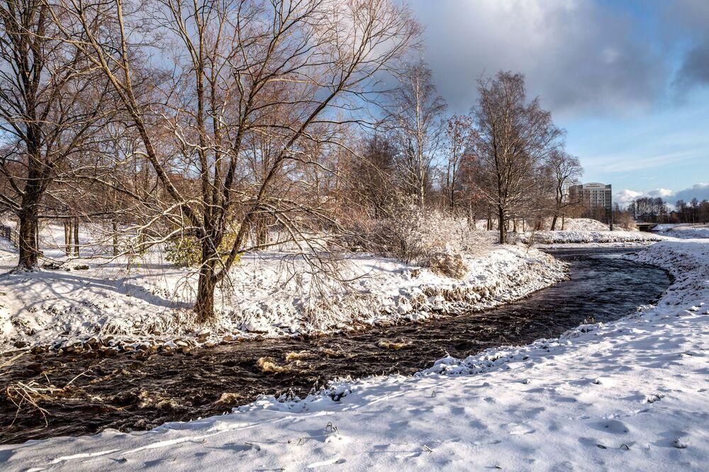 Zaretský park po sněžení v Petrozavodsku.
