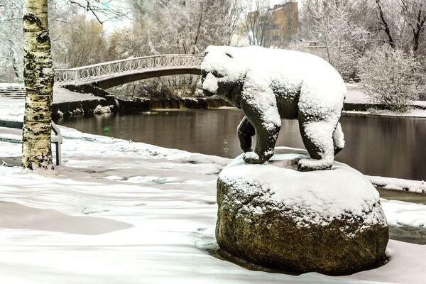Socha medvěda na březích řeky Neglinka v Petrozavodsku. - Sputnik Česká republika