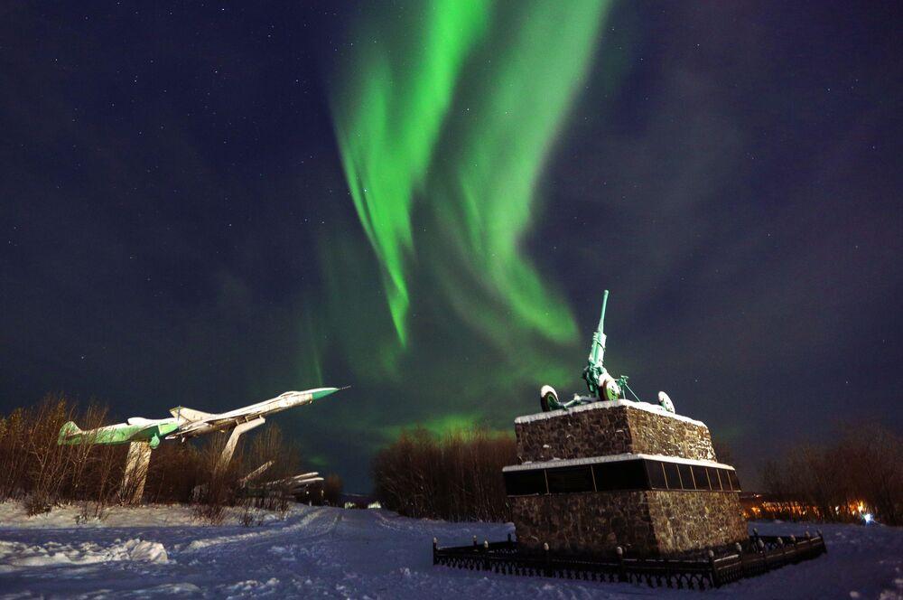 Polární záře nad pomníkem vojáků 1. sboru protivzdušné obrany ve městě Murmansk.