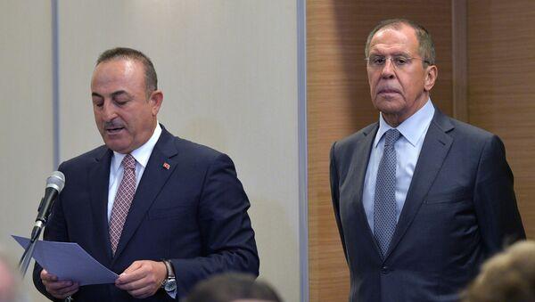 Ministr zahraničí Turecka Mevlüt Çavuşoglu a ruský ministr zahraničí Sergej Lavrov - Sputnik Česká republika