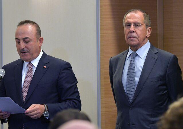Ministr zahraničí Turecka Mevlüt Çavuşoglu a ruský ministr zahraničí Sergej Lavrov