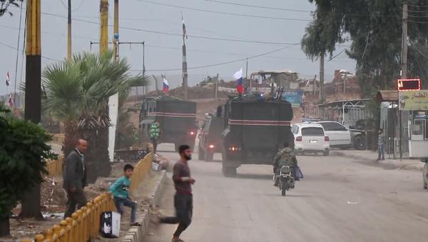 Video: Nová etapa je zahájena. Konvoj desítek obrněných vozidel s ruskými vlajkami hlídkuje v Sýrii - Sputnik Česká republika