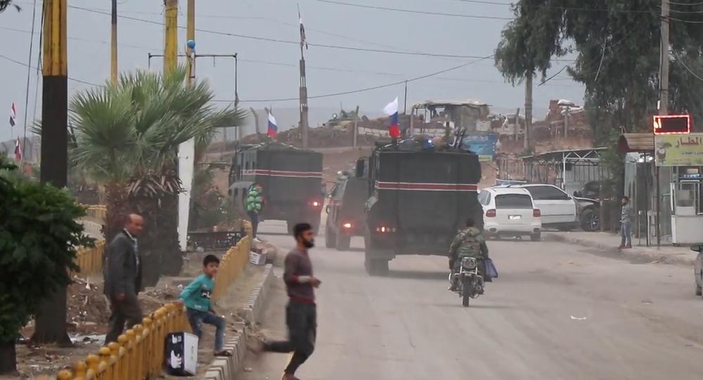 Video: Nová etapa je zahájena. Konvoj desítek obrněných vozidel s ruskými vlajkami hlídkuje v Sýrii