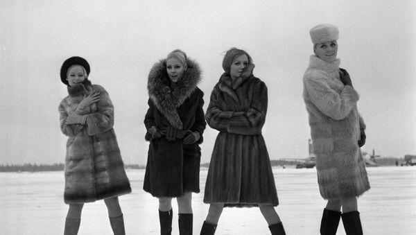 Modelky předvádí módní kolekce z ruských kožešin z roku 1968. - Sputnik Česká republika