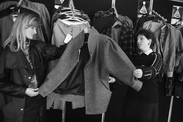 Oddělení dámského oblečení v obchodním centru, 1988. - Sputnik Česká republika