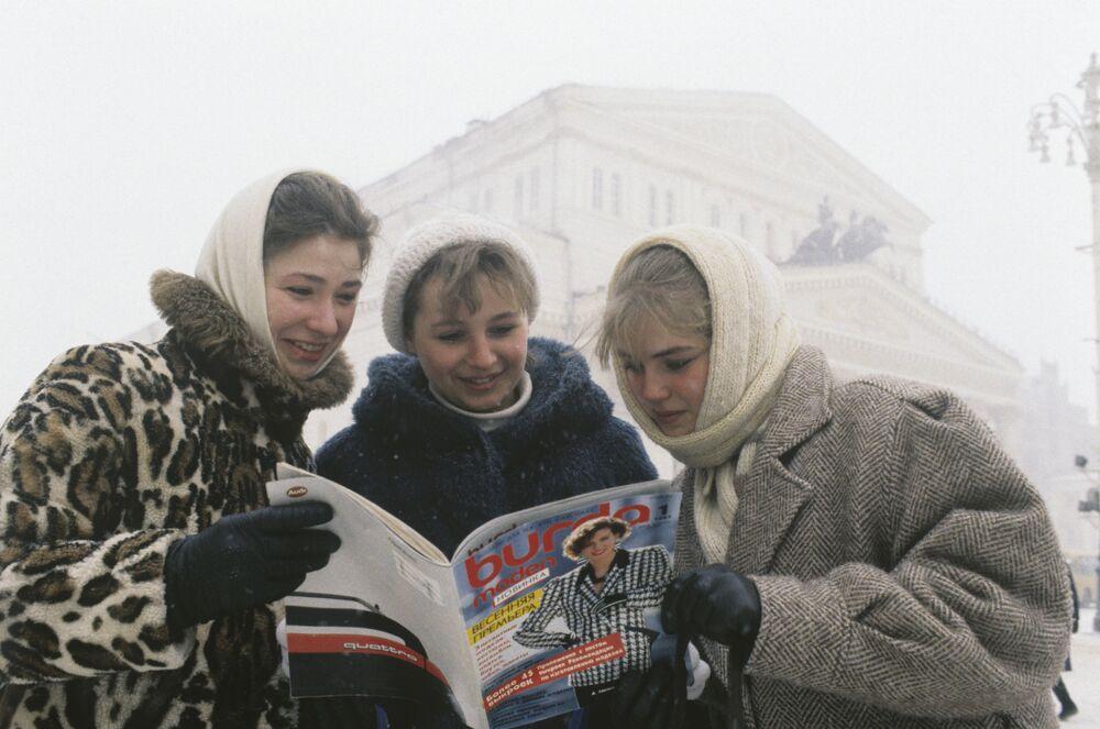 Ženy si prohlíží první časopis Burda Fashion v ruštině, rok 1987.