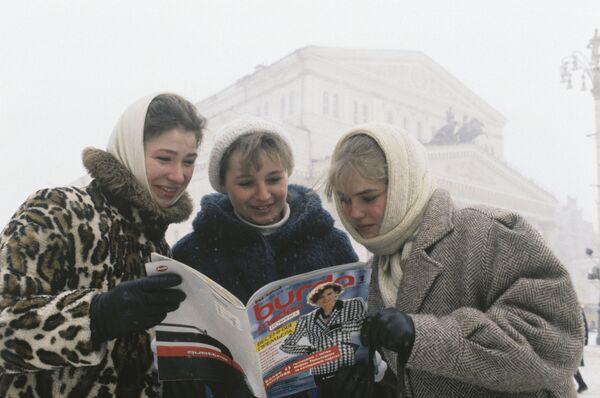 Ženy si prohlíží první časopis Burda Fashion v ruštině, rok 1987. - Sputnik Česká republika