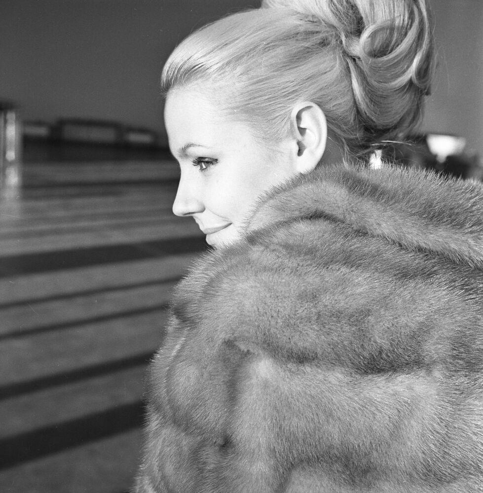 Modelka předvádí pelerínu z modrého norka, 1965