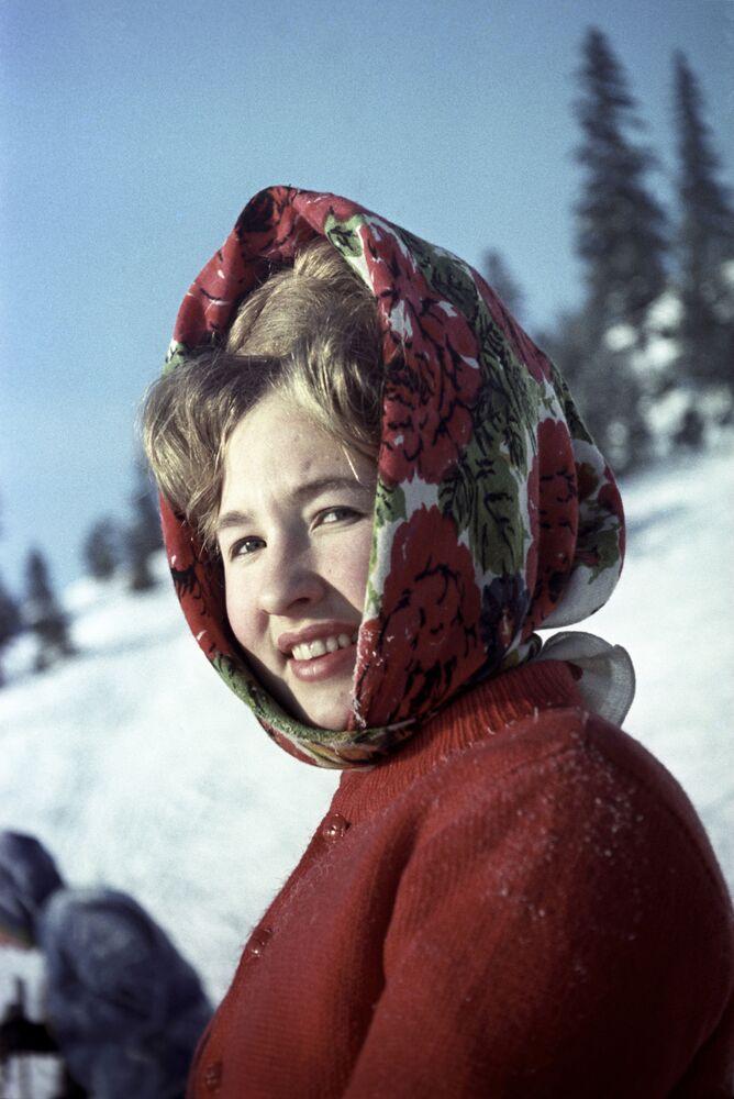 Obyvatelka Permu během zimního nedělního dne na lyžařském výletě, 1966