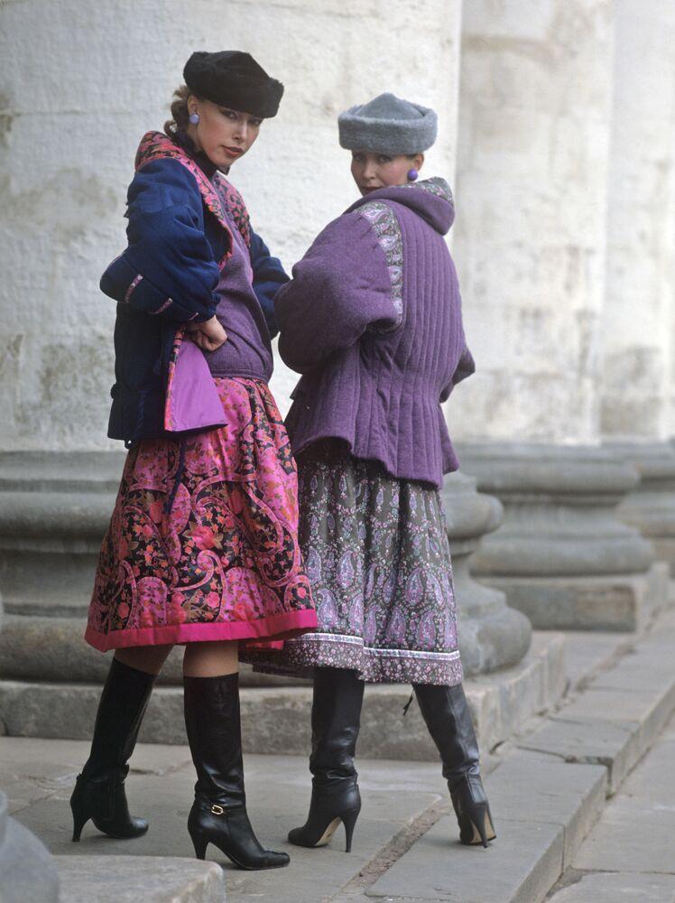 Modelky předvádí oblečení, 1983