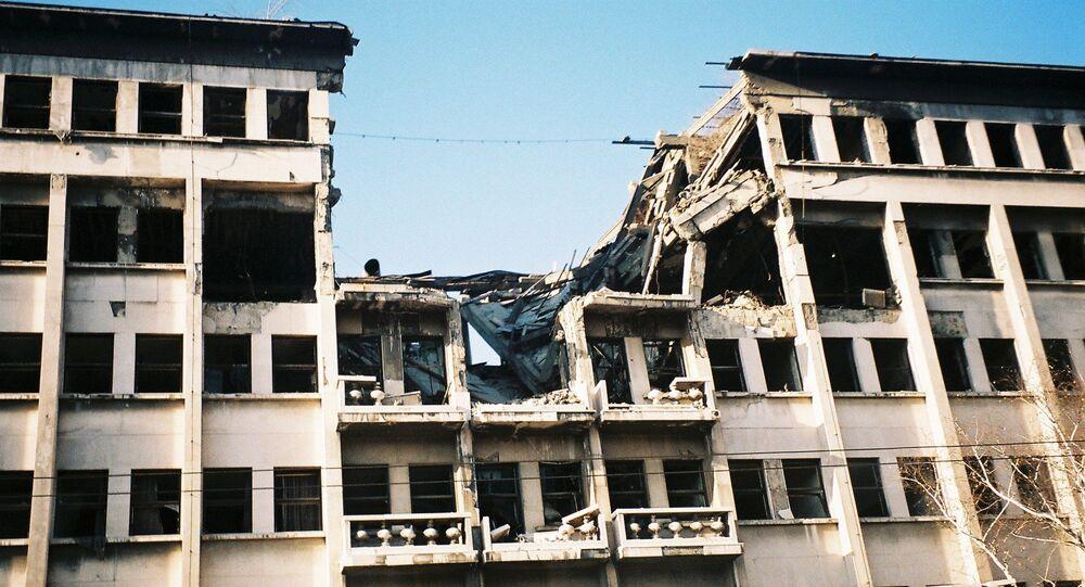 Zničená budova v Bělehradu po bombardování NATO