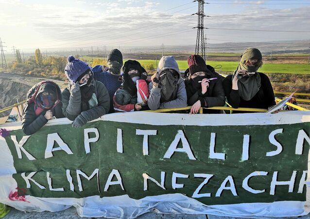 Protiuhelní aktivisté ve Vršanech protestují již třetí den
