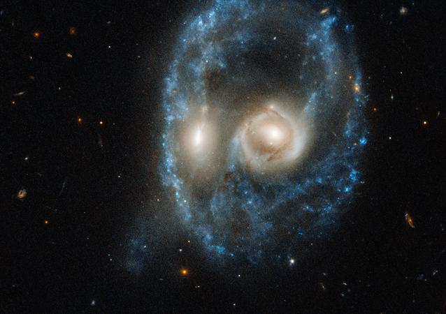 Foto kolize dvou galaxií, kterou vyfotil Hubble.