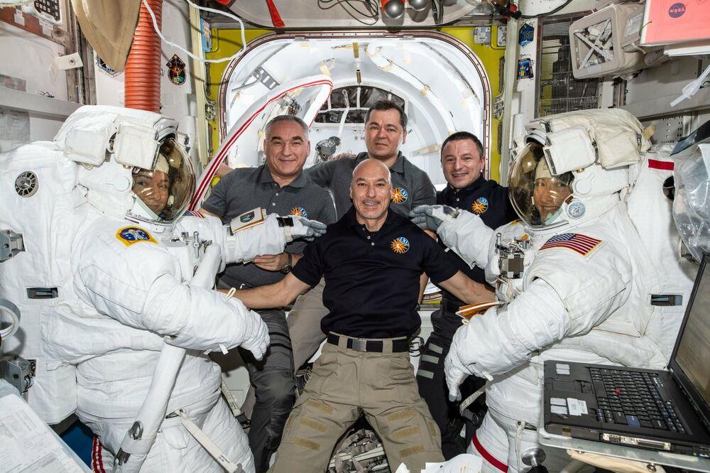 Astronautky Jessica Meir a Christina Koch s členy posádky ISS-61 po společném výstupu do otevřeného prostoru.