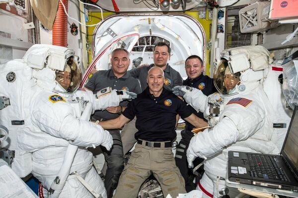 Astronautky Jessica Meir a Christina Koch s členy posádky ISS-61 po společném výstupu do otevřeného prostoru. - Sputnik Česká republika