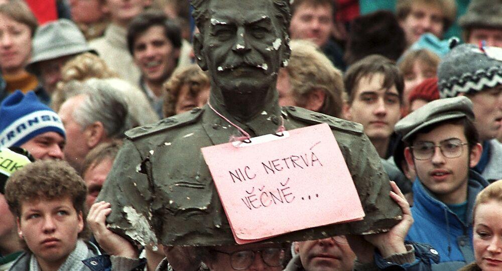 Mnohatisícová demonstrace na Václavském náměstí v Praze v roce 1989 v Československu
