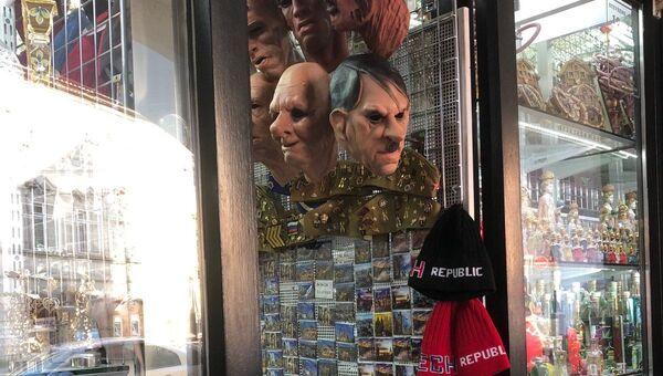Prodej masek nacistických vůdců v obchodě v centru Prahy, Česká republika - Sputnik Česká republika