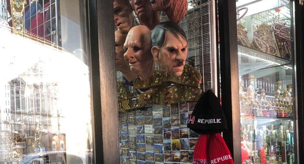Prodej masek nacistických vůdců v obchodě v centru Prahy, Česká republika