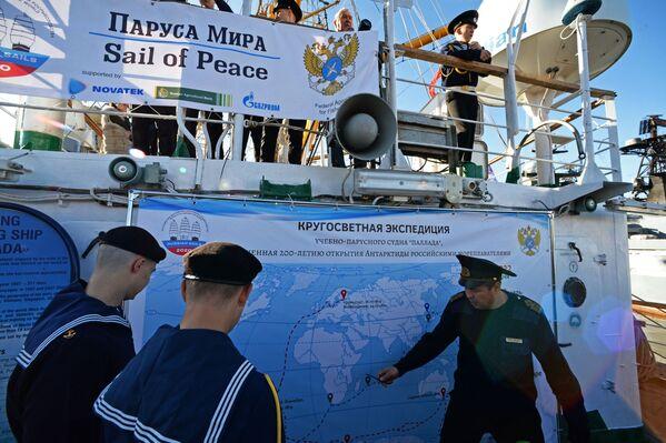 Posádka plachetnice Pallada studuje trasu, kterou se vydává na cestu kolem světa. - Sputnik Česká republika
