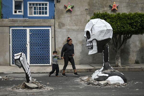 Socha kostlivce postavená u příležitosti oslav dne mrtvých v Mexiku (28. 10. 2019) - Sputnik Česká republika