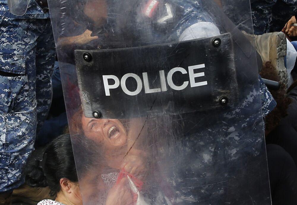 Zadržení demonstrantů v Bejrútu (26. 10. 2019)