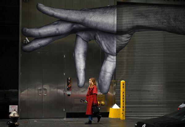 Žena jde kolem graffiti v New Yorku - Sputnik Česká republika