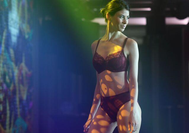 Modelka předvádí kolekci spodního prádla na módní přehlídce Lingerie Fashion Week v Moskvě.