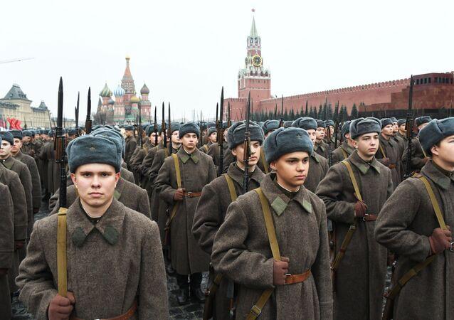 Vojáci v sovětské uniformě během generální zkoušky pochodu věnovanému 78. výročí vojenské přehlídky z roku 1941 na Rudém náměstí